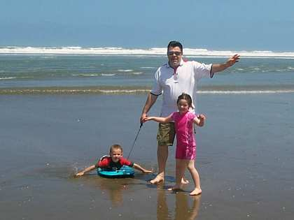 Fri, 15 Dec 2006: Arnie, Karrene and Elise, Muriwai